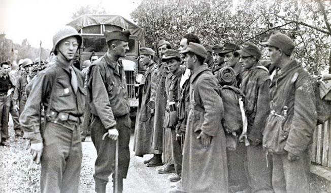 Генерал Леклерк и пленные французские легионеры.