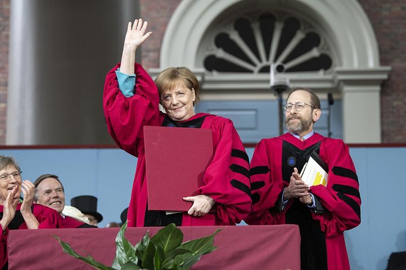 Ангела Меркель уходит, но желает продолжить свою яркую политическую карьеру.