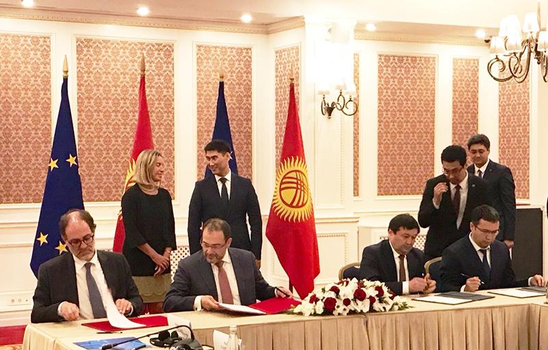 Федерика Могерини на подписании соглашения о финансовой помощи Евросоюза Киргизии.