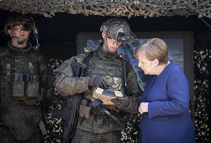 Меркель отменила всеобщую воинскую повинность.
