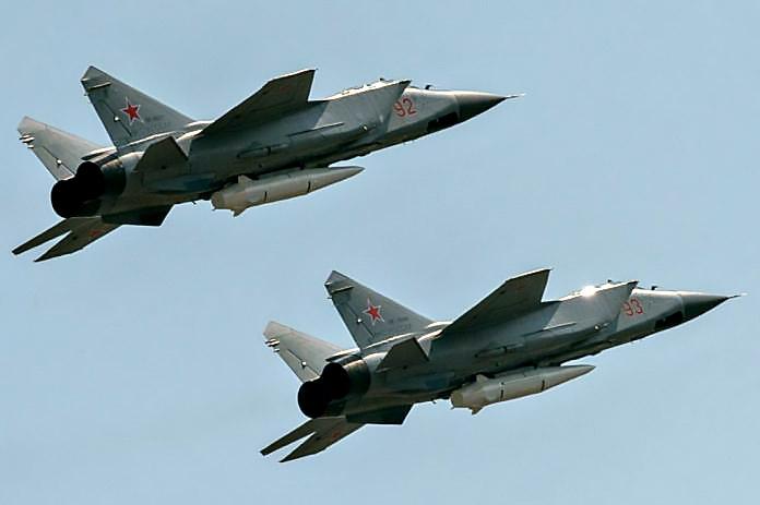 Истребители-перехватчики МиГ-31К оснащенные гиперзвуковым ракетным комплексом Х-47М2 «Кинжал».