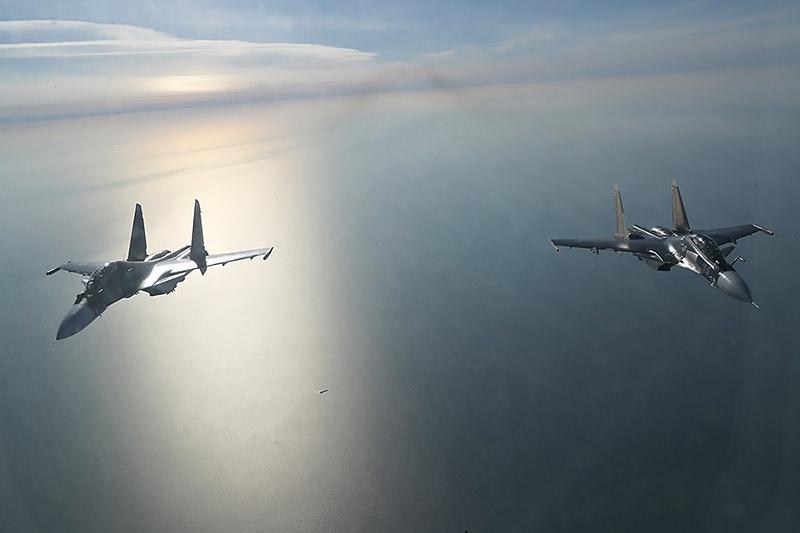 Истребители над морем.