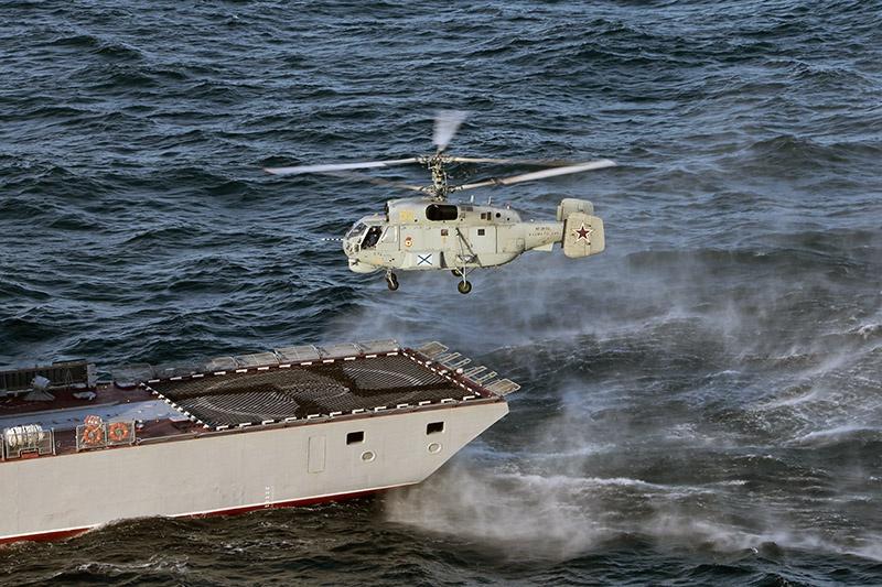 Вертолёт возвращается на корабль после отработки задач.