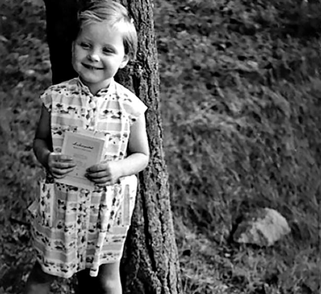 Ангела родилась в Западной Германии, но скоро её семья переехала «на другую сторону» - в городок Темплин в 70 км от Берлина.