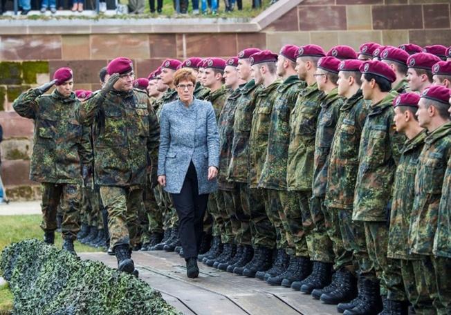 Новым главой оборонного ведомства станет председатель ХДС Аннегрет Крамп-Карренбауэр.