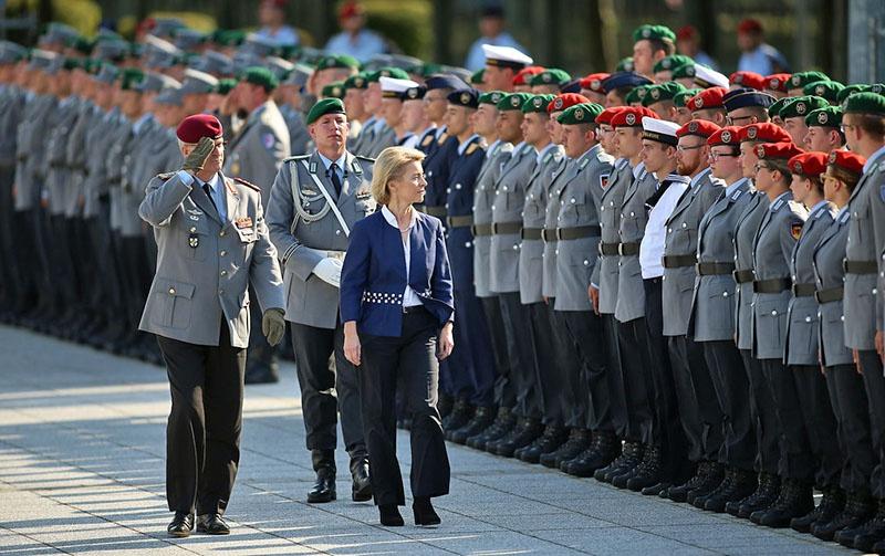В декабре 2013-го года Урсула фон дер Ляйен стала министром обороны.
