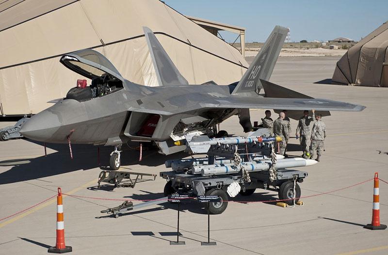 Загрузка вооружения в истребитель F-22 Raptor.