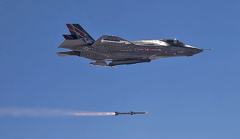 Пуск ракеты с F-35.