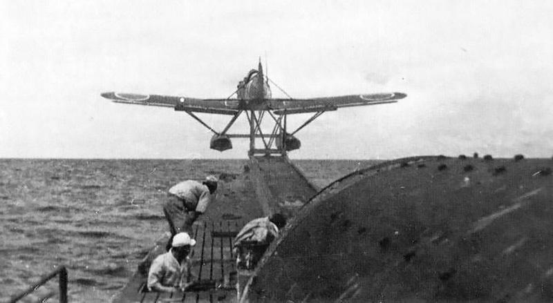 Взлет самолета с японской подводной лодки I-400.