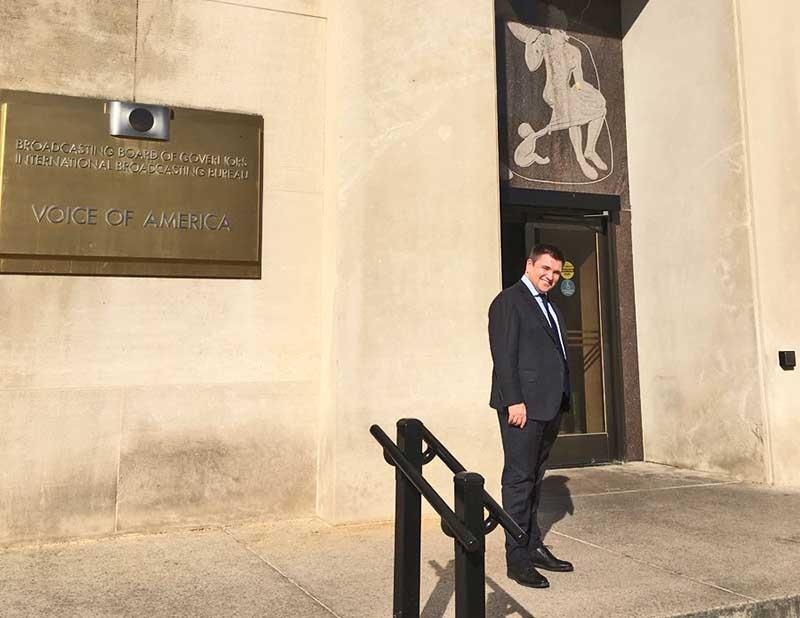 Глава МИД Климкин у входа в здание «Голоса Америки».