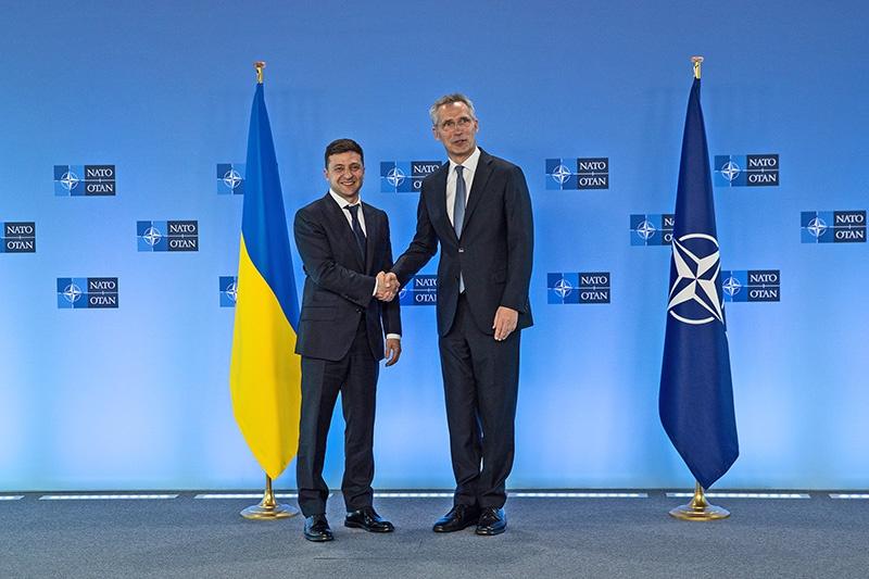 Одним из первых визитов нового президента был визит в НАТО.