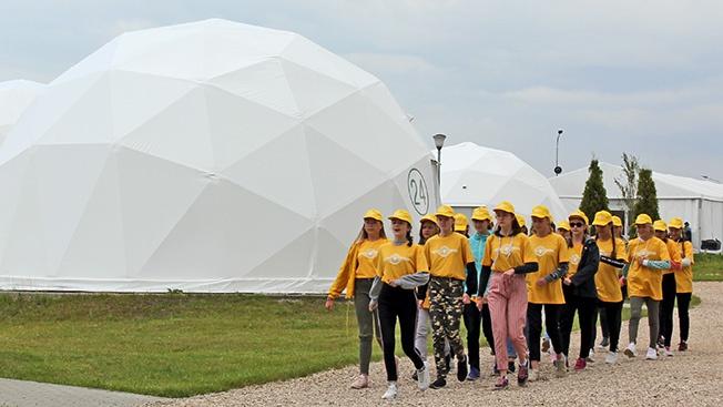 Живут дети в сферических модулях.