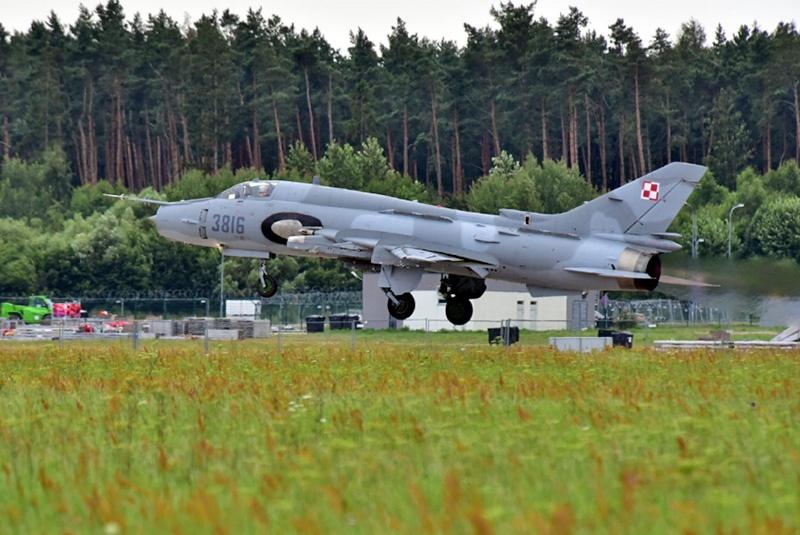 Советский истребитель-бомбардировщик Су-22М польских ВВС.