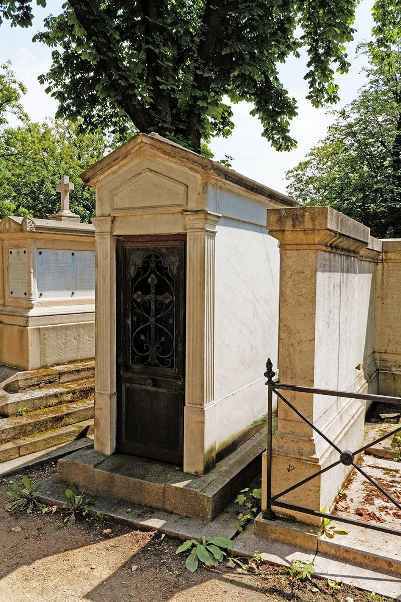 Могила, где похоронено сердце, на кладбище Пер-Лашез.