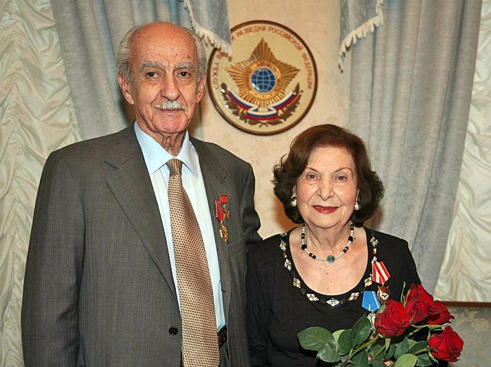 Супруги Геворк Андреевич и Гоар Левоновна Вартанян в Музее Службы внешней разведки.