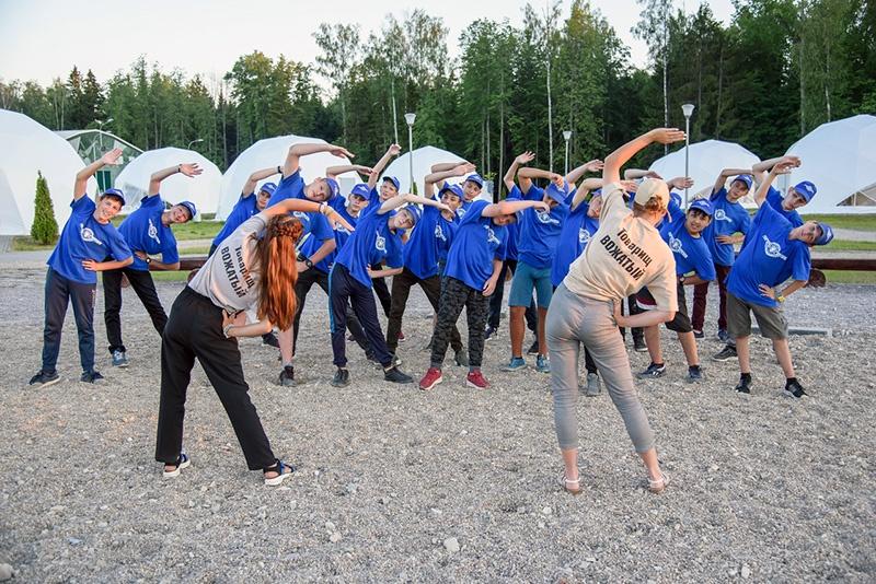 Утро в лагере начинается с зарядки.
