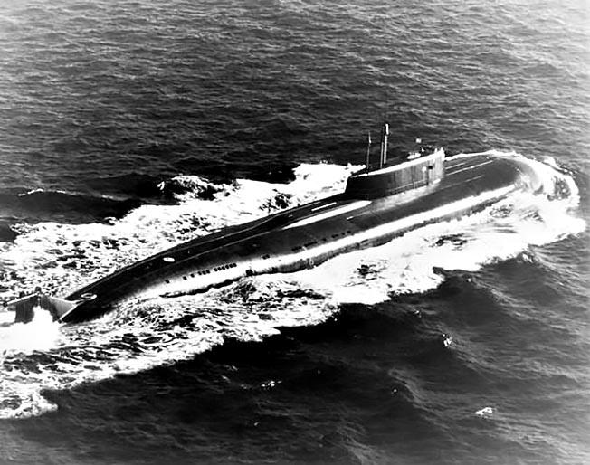 Атомный подводный ракетный крейсер «Омск» в Беринговом море 5 сентября 1994 года.