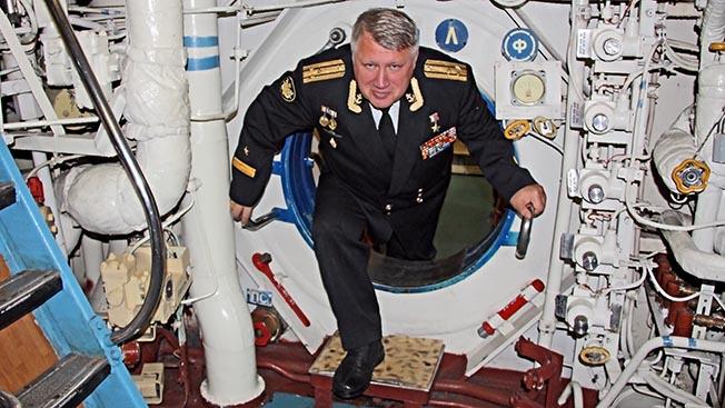 Капитан 1 ранга в отставке Александр Сергеевич Астапов на АПЛ Омск спустя 15 лет после героического перехода.