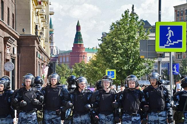 Военнослужащие Росгвардии РФ на Тверской улице в Москве.