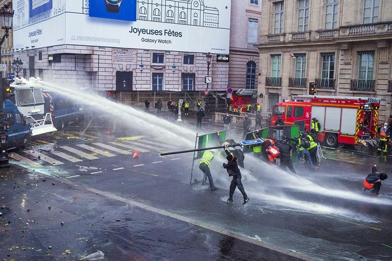 Разгон участников митинга «Жёлтых жилетов» во Франции.