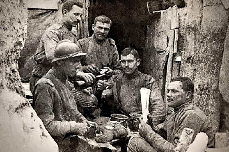 Будущий маршал Малиновский (в каске) в Экспедиционном корпусе во Франции.