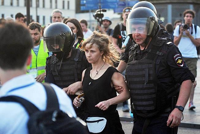 Задержание участницы группы Pussy Riot Марии Алехиной во время несанкционированной акции в Москве.