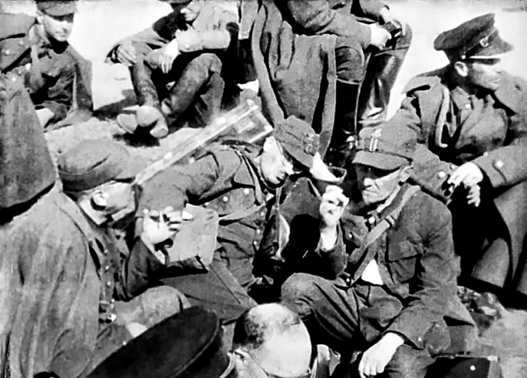 Пленные польские военнослужащие в полевом лагере.
