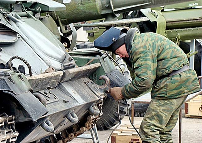 Ремонт боевой техники.