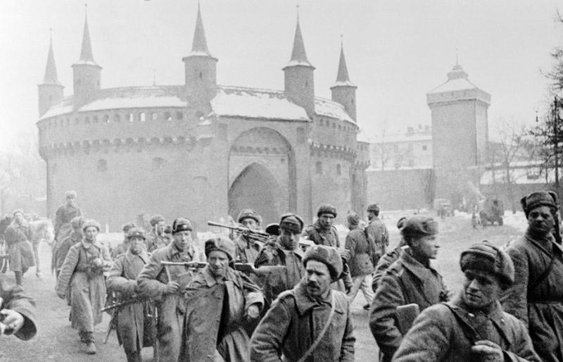 Красная армия входит в спасенный от взрыва Краков.