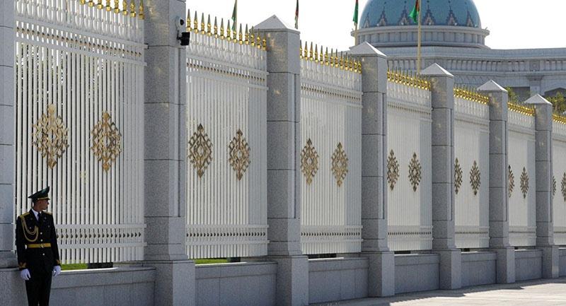 Простым смертным гулять у президентского дворца запрещено.