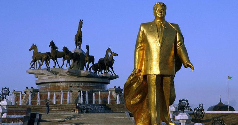 Золотой памятник первому президенту Туркменистана Ниязову.