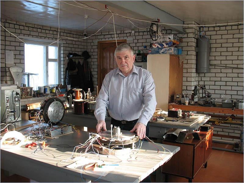 Владимир Леонов в домашней мастерской.
