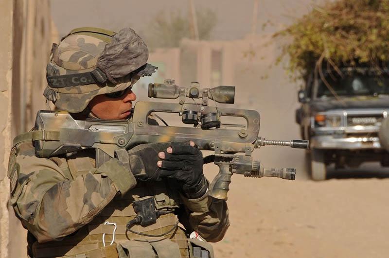 До недавнего времени французская профессиональная армия пользовалась автоматом FAMAS.