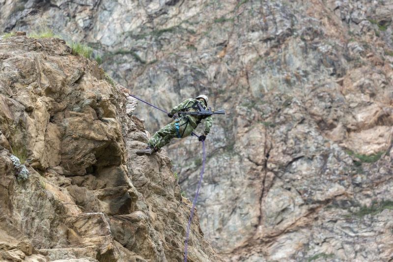 Коварство горной стихии должны были учитывать и участники состязаний во время подъёма и спуска по ледяному склону.