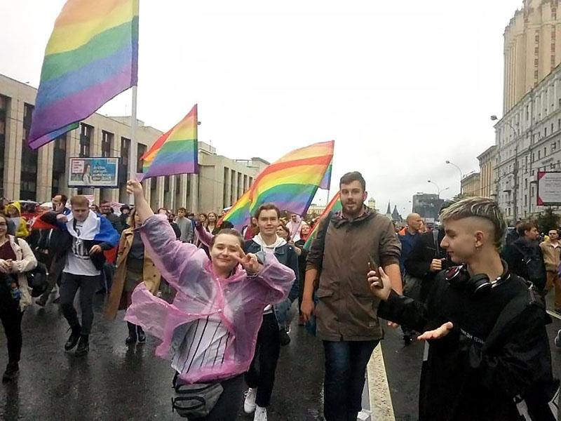 По всему проспекту Сахарова мелькали радужные цвета ЛГБТ, поддержка которых давно объявлена Госдепом США одним из приоритетов государственной политики.