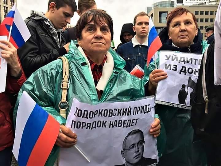 Не менее показателен лозунг: «Ходорковский придёт - порядок наведёт».