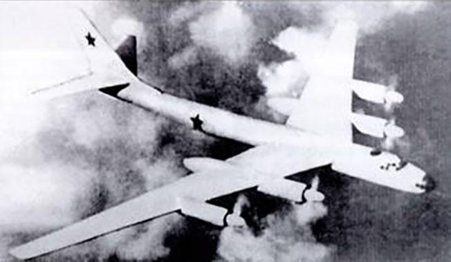 Второй опытный самолет Ту-95/2 в полете.