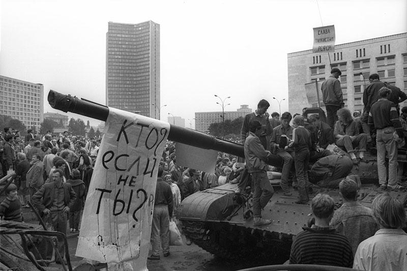 Министр обороны СССР маршал Дмитрий Язов не решился применить армию для подавления сопротивления.