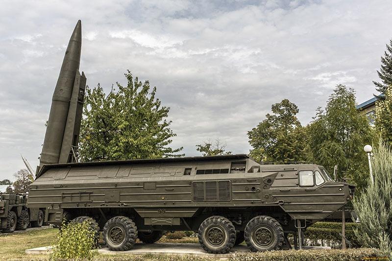 Горбачев и Эдуард Шеварднадзе банально презентовали Америке оперативно-тактический ракетный комплекс «Ока».