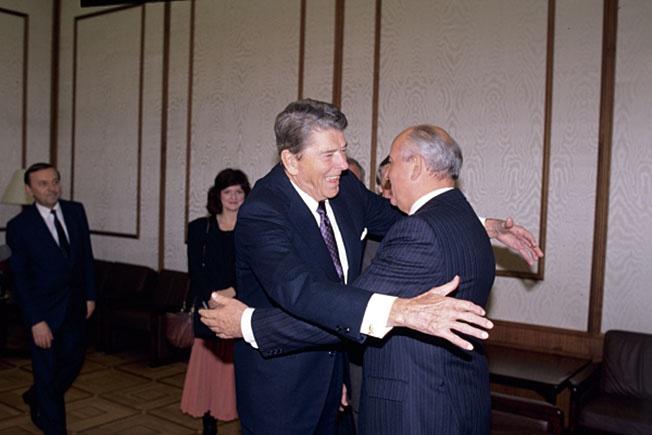 Михаил Сергеевич Горбачев встречает в Кремле бывшего президента США Рональда Рейгана.