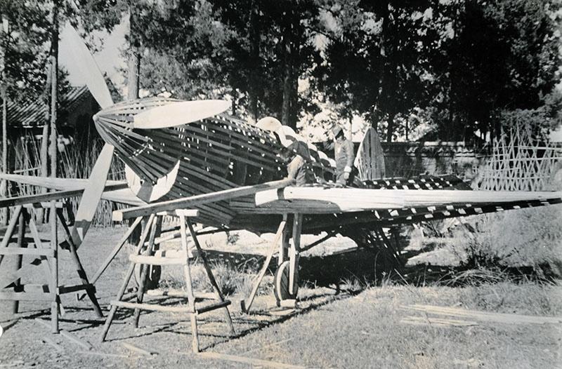 Самолеты создавали не только надувными, но и фанерными.