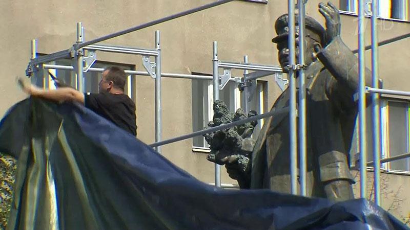Установка защитных сооружений вокруг памятника маршалу Ивану Коневу.