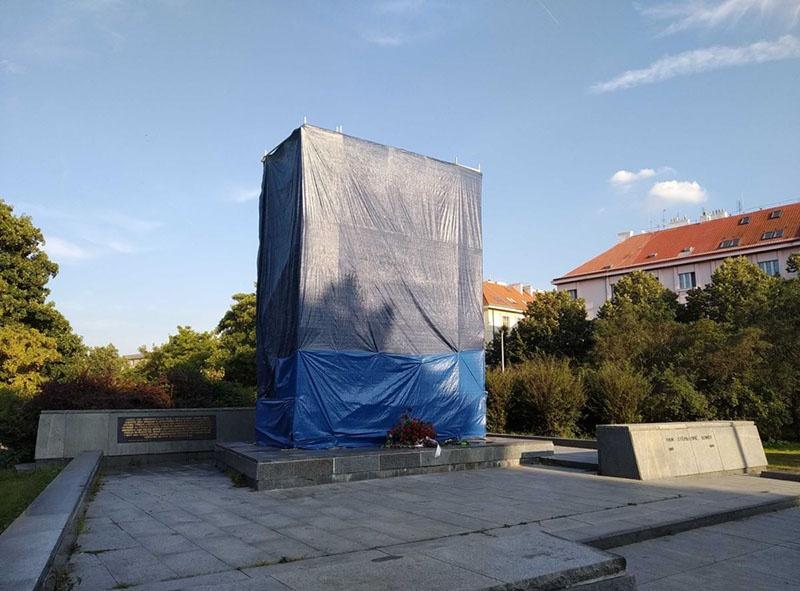 Памятник маршалу Коневу, в настоящее время затянутый в брезент.