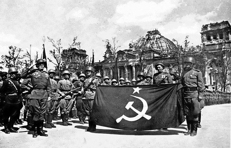 Берлин взяли советские войска. Это факт.