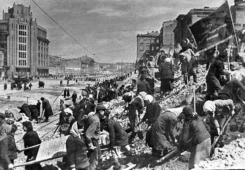 Таким нацисты оставили Киев, который сегодня из шкуры лезет, чтобы услужить англосаксонским последователям Гитлера.
