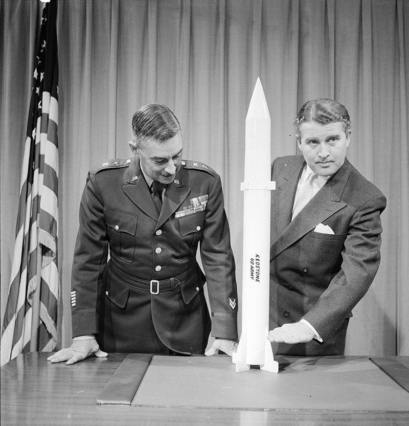 Штурмбаннфюрер СС Вернер фон Браун стал одним из отцов-основателей NASA.