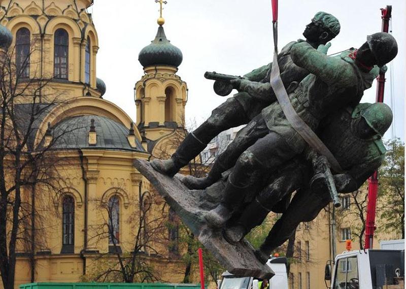 Массовый снос памятников советским воинам - окончательный этап либеральной «декоммунизации Европы».