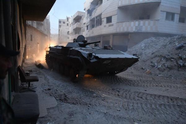 Боевая машина пехоты БМП-1 армии САР в районе бывшего лагеря палестинских беженцев Ярмук в южном пригороде Дамаска.