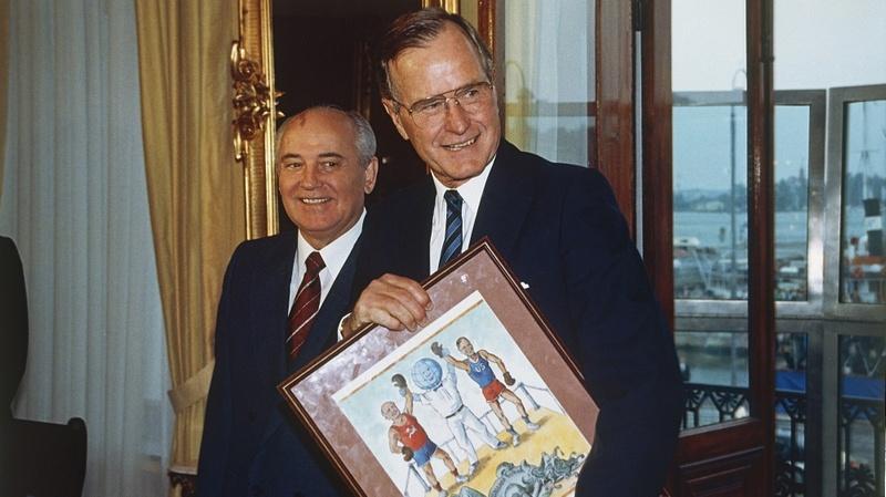 Президент США Джордж Буш и глава СССР Михаил Горбачев во время саммита 1990 года. На подаренном советской стороной рисунке в победителях обе страны. Так виделось Горбачёву, но не Бушу.