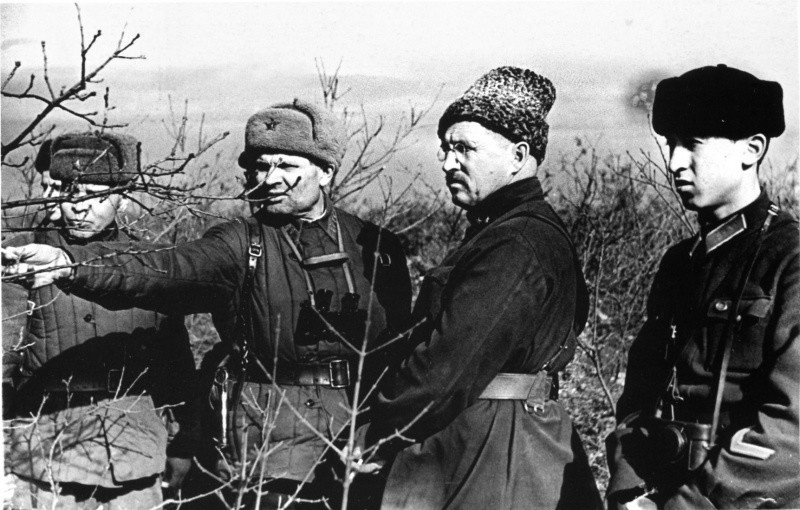 Второй справа - командующий Приморской армией генерал-майор Петров на одном из участков Севастопольского оборонительного района.